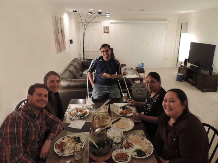 Peter, Jess, Pranav, Pranav's moeder, en Emma