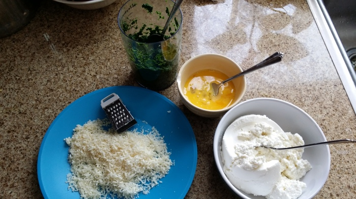 De vulling voor de ravioli's: spinazie, ricotta, kaas, en ei