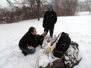 Fondue - met hondevoerbak als pan - in de sneeuw
