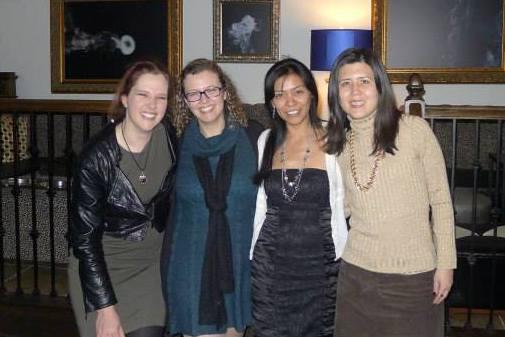 Ik, Joana, Veronica, en Stephanie (en ja, ik ga zwaar door mijn knieën want ik ben een kop groter)
