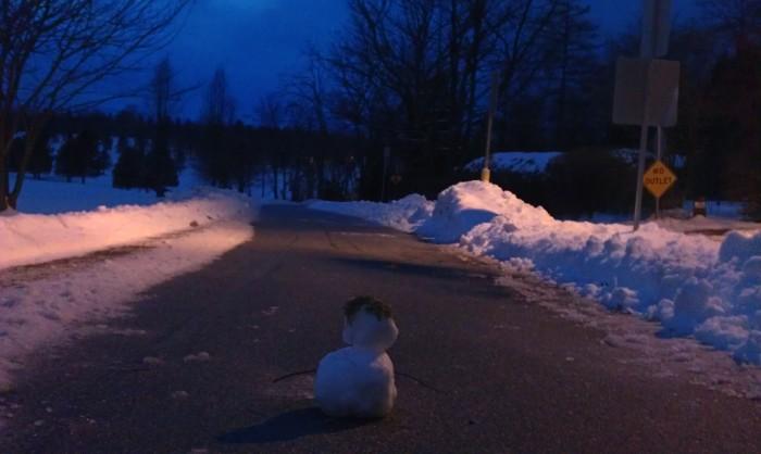 Een sneeuwpopje op het fietspad