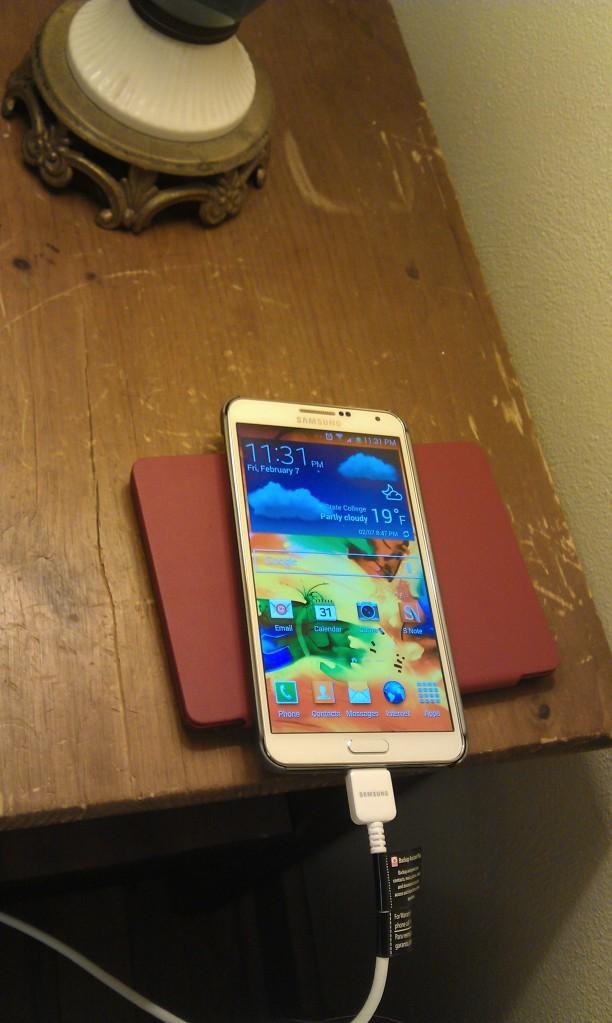 Mijn nieuwe telefoon, haast net zo groot als de e-reader die eronder ligt