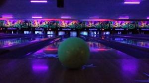 Cosmic Bowling! Alles in blacklight. Mooie artistieke, maar wel een lastige foto!!