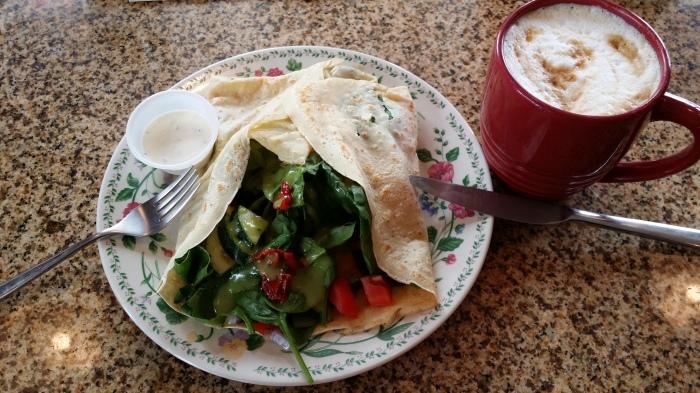 Pannenkoek met spinazie, tomaten en komkommer. Lekker!!!