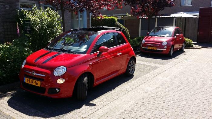 De 160-pk Abarth cabrio Fiat 500!! Met z'n minder stoere broertje erachter...