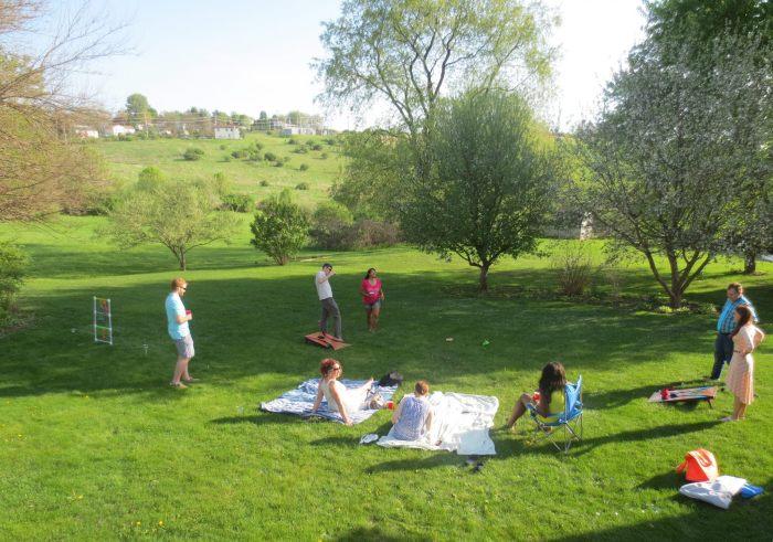 Linksachter ladderball en rechtsachter cornhole. En vooraan de picnic dekens!