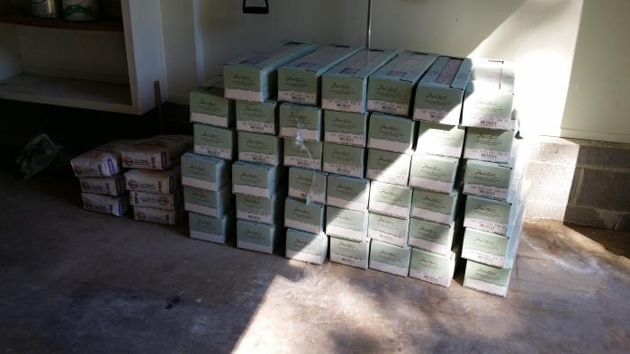 Er staan nu 51 pakken tegels in de garage