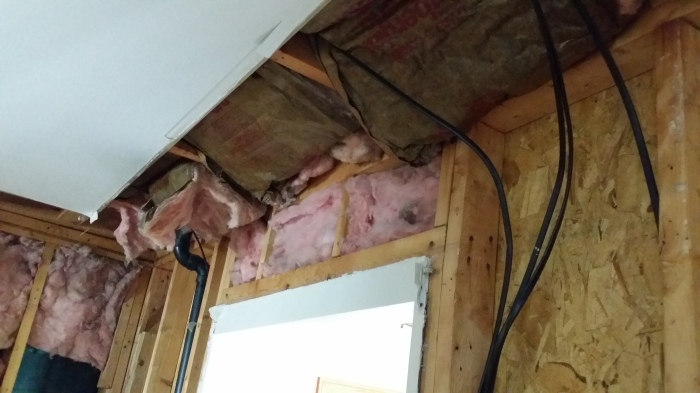 De draden en kabels hangen los in de muren...