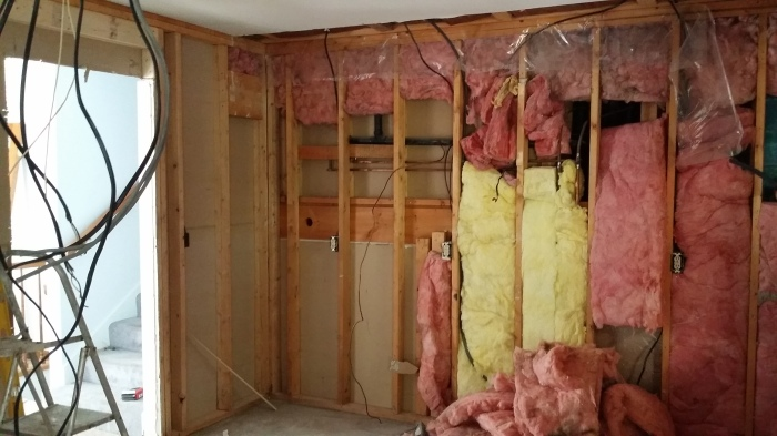 De muren in de keuken liggen open