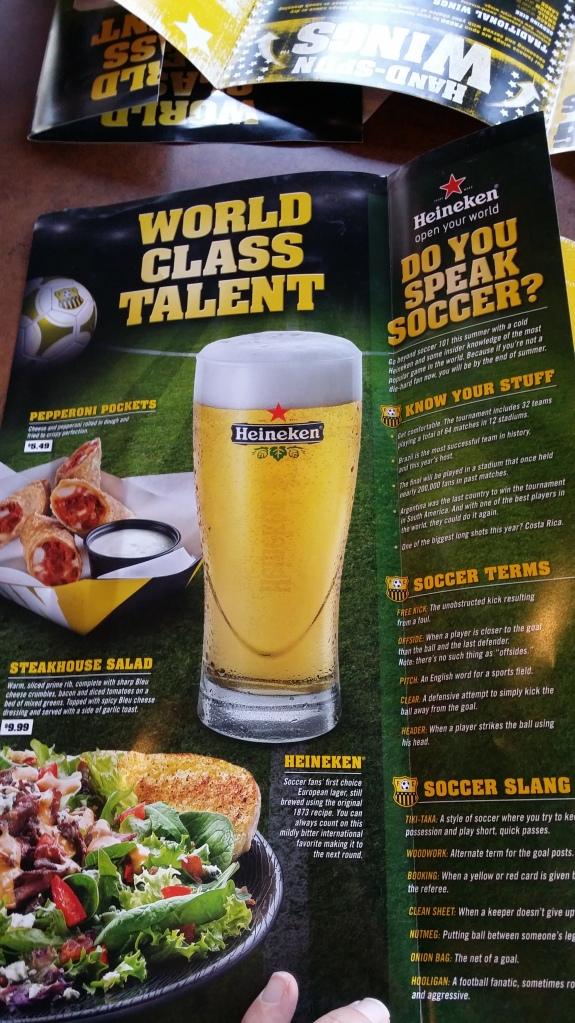 Gelukkig helpt Heineken een beetje mee om de Amerikanen wat voetbalkennis bij te brengen (rechts)