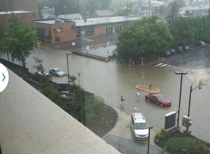 Overstroming op Atherton Street na 15 minuten regen...