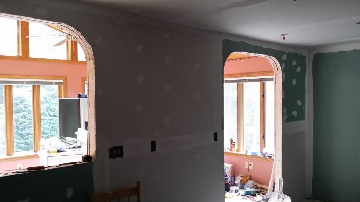 Gipsplaat en pleisterwerk rond de nieuwe openingen in de keuken