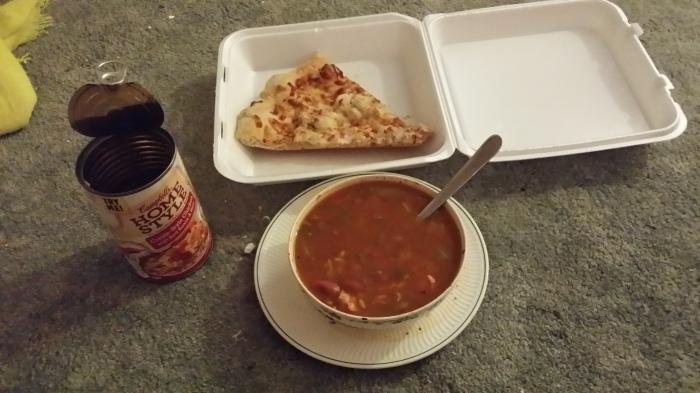 Opgewarmde pizza en soep uit blik