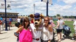 Louise en ik met de mascotte van de Spikes tussen ons in