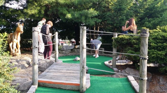 Minigolf: het team van Lauren, Louise en Adam in actie