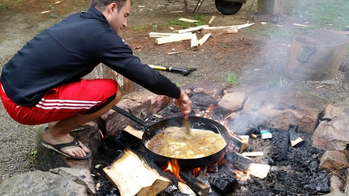 Adam met het ontbijt (30 eieren... een mega ui... een stapel spek... een zak kaas...)