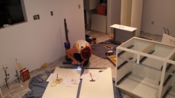 Ik aan het werk met een grote kast...