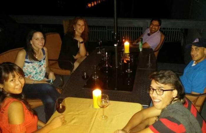 Dinner Club: Samantha, Kayla, Pranav, Philip en Sam's broertje Dagan