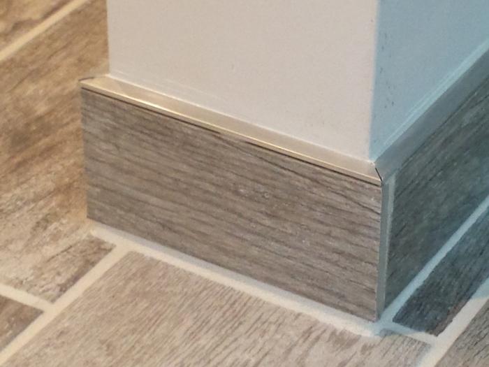 Detailfoto van de plinten rond de vloer. Prutswerk!