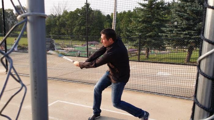 Michiel in de batting cage (hij wil er vast zo eentje in de tuin)