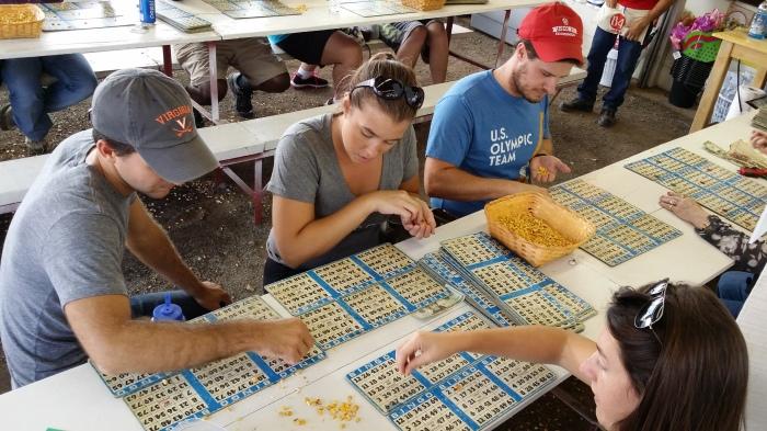 Jess en Peter doen mee aan de mais-bingo