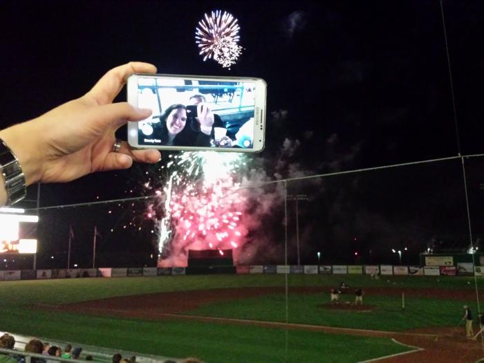 Vuurwerk aan het einde van de baseball wedstrijd