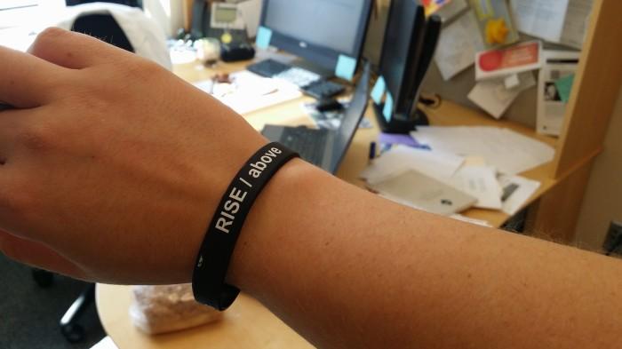 Slogan voor de Honor Code campagne: Rise Above. En iedereen kreeg een armbandje mee...