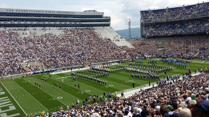 De Blue band (de marching band van Penn State) in ons mega-grote stadion