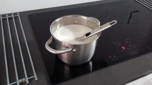 Melk koken, dan citroensap erbij