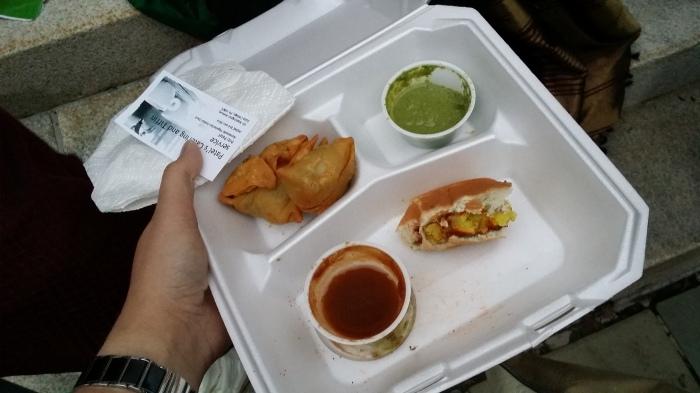 Samosas, en een halve vada pav - Indiase vegetarische hamburger van aardappel. Superlekker