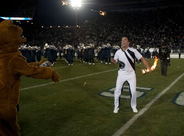 De vorige feature twirler van de Penn State Blue Band