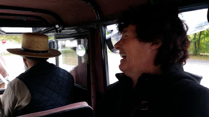 Ma in de koets van de Amish. Met Gideon voorin