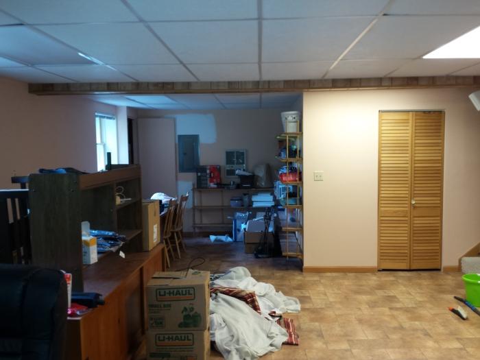 VOOR: met eiken deurtjes, roze muren, en bruin vinyl