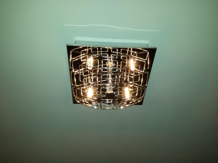 De lamp die nu in de hal (boven en beneden) hangt