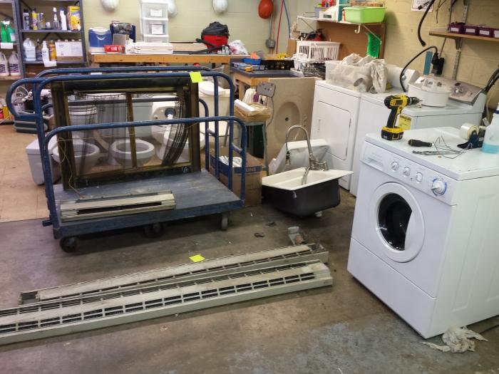 Het testen, repareren en schoonmaken van tweedehands apparaten