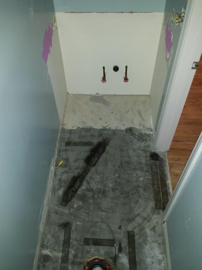 Het badmeubel verwijderd, vloer eruit...