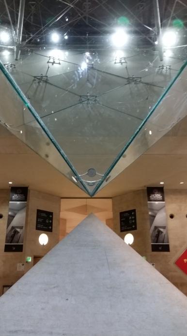 Een deel van de beroemde pyramide van het Louvre