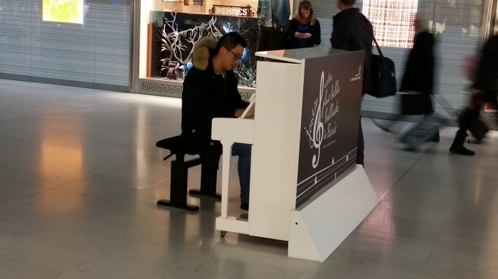 Een pianist op het vliegveld. Geen dreiging op het vliegveld