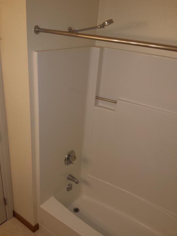 Oude situatie: een lelijk, polyester bad. Veel te kort, veel te smal, en veel te ondiep...