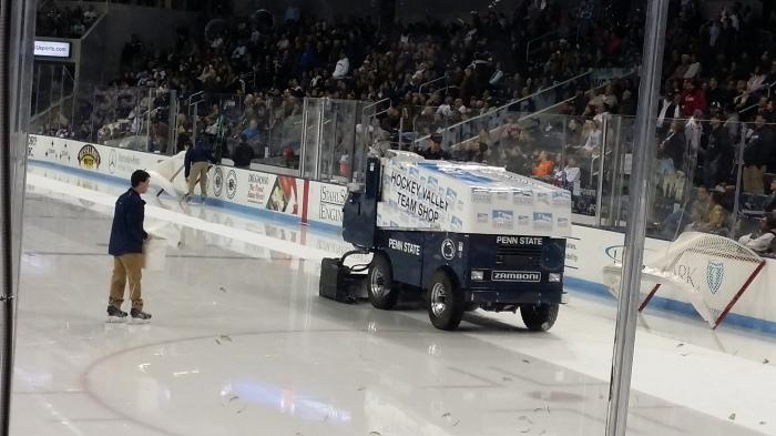 Zamboni's (kleintjes) op het ijs van de ijshockeybaan