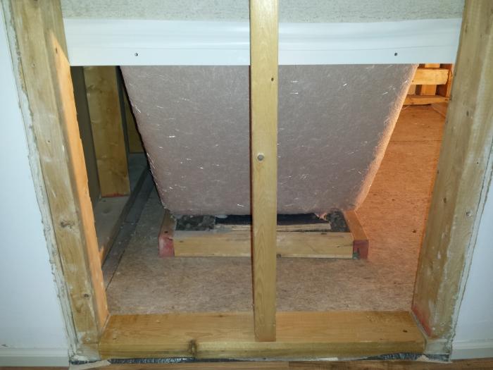 De mal met het beton onder het bad
