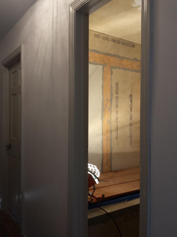 De dichte muur in de gang... (valt niet meer op he!) en de afgedichte naden tussen de backer boards