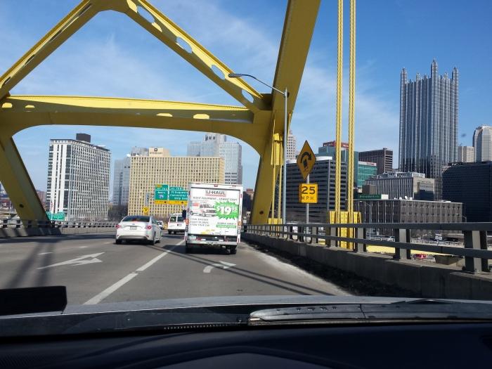 Een volgeladen IKEA busje in de City of Bridges (Pittsburgh)