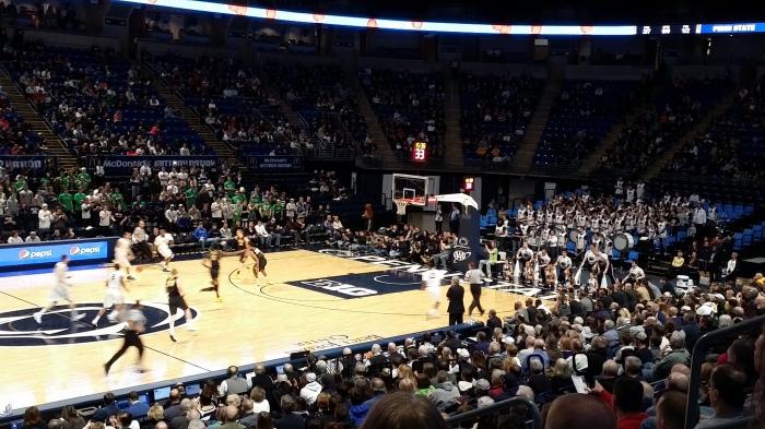 Basketball wedstrijd (met de Blue Band op rechts)