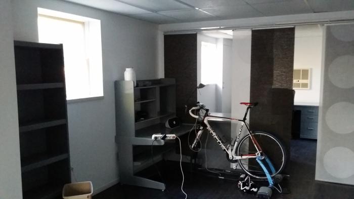 Bureaus vers overgeschilderd (met een paneelgordijn van IKEA)