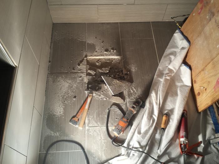 Reparatie van de gebroken vloertegel