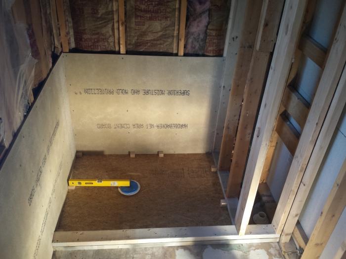 Een vloertje leggen van beton (met afschot naar de afvoer)
