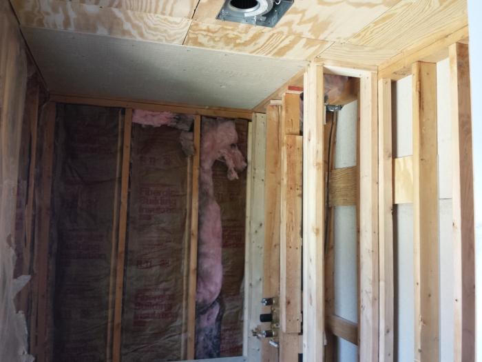 ... en ook de rest eruit. Inmiddels zitten er al weer houten platen aan het plafond
