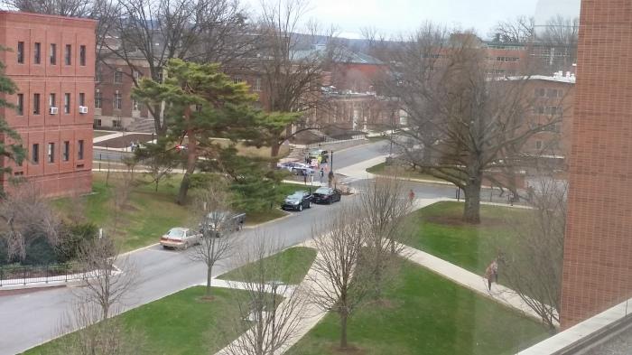 En een deel van z'n ritje op de campus. Snel, en een hele hoop lawaai
