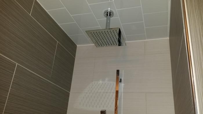 Een regendouche! Op een zeer strak getegeld plafond!